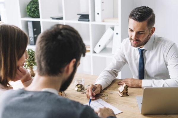 Asesores discuten un programas de gestión inmobiliaria