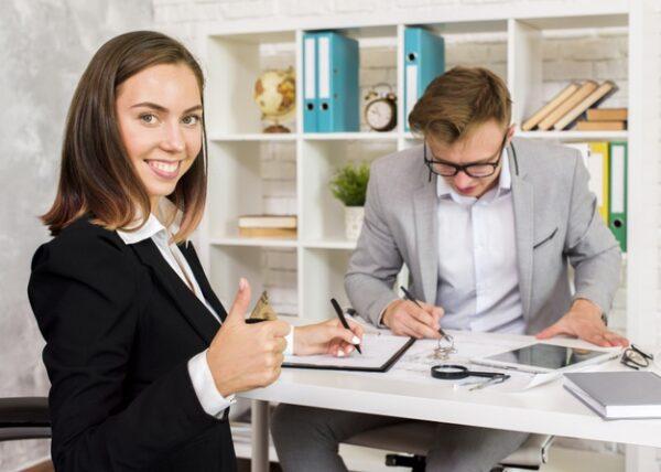 agente inmobiliario exitoso en la agencia