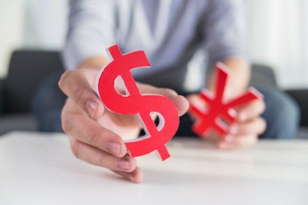 agente inmobiliario en la tarea de asignar precio a una propiedad