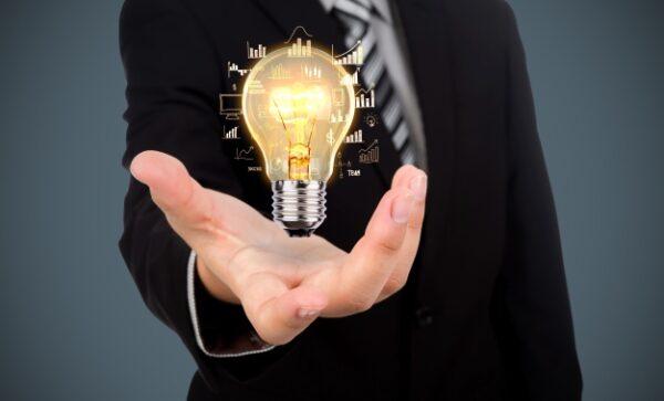 hombre sostiene símbolo de idea y crecimiento por estrategias de marketing inmobiliario