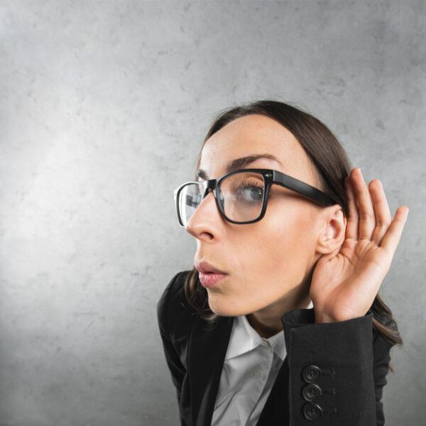 agente de bienes raíces escucha atentamente secretos como asesor inmobiliario