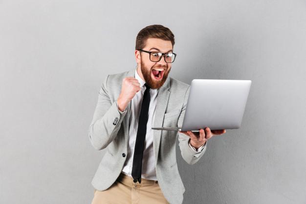 Hombre feliz porque sabe cómo vender una casa por Internet
